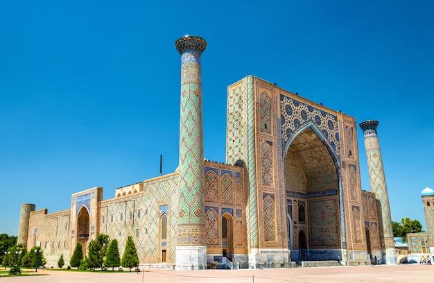 Ulugh beg madrasah op het registan-plein in samarkand oezbekistan
