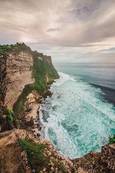 Uluwatu klif met blauwe zee in bali, indonesië