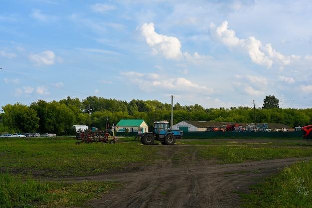 Ulyanovsk, rusland - 01 augustus 2021: trekker met apparatuur om te oogsten. landbouwmachines.