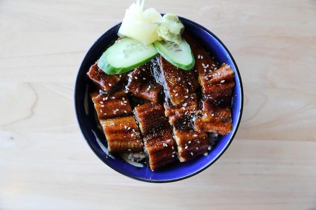 Unagi don op hout achtergrond, japans eten