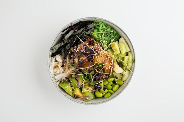 Unagi poke bowl met sperziebonen groenten nori