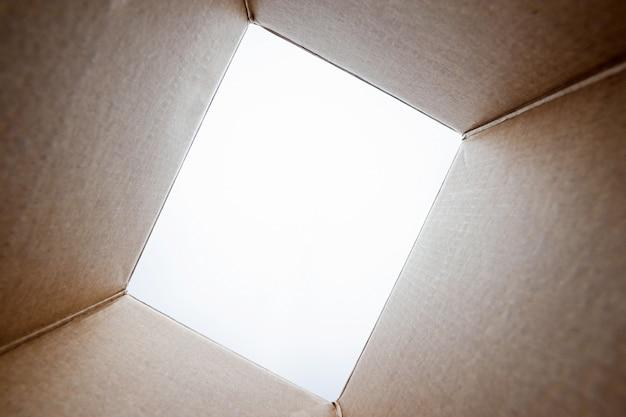 Unboxing, geopend kartonnen pakket van shoot vanuit de doos