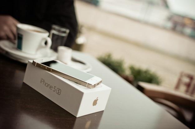 Unboxing telefoon in het cafe
