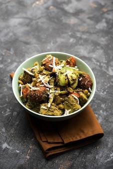 Undhiyu is een gujarati gemengde groenteschotel, specialiteit van surat, india. geserveerd in een kom met of zonder poori