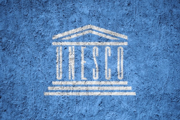 Unesco-vlag geschilderd op grunge gebarsten muur
