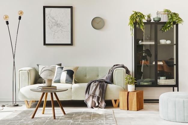 Uniek loft-interieur met groene comfortabele bank, designmeubels, mock-up posterkaart, tapijt, planten, decoratie en elegante accessoires. modern huisdecor in woonkamer. witte muur. sjabloon.