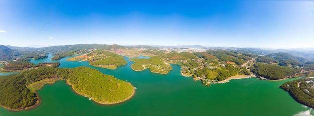 Uniek luchtfoto van geweldige tuyen lam lake da lat plateau vietnam bosheuvel hooglanden koffieplantage aardbei landbouwgrond helderblauwe hemel