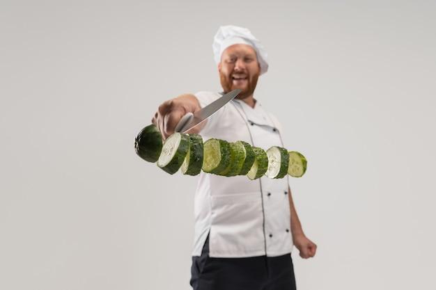 Uniek snijden van groenten. er was een man met een baard aan het koken