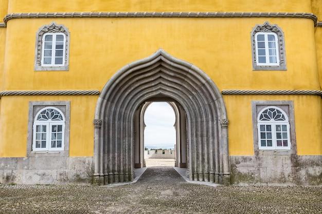 Unieke boog en delen van het kasteel pena. sintra portugal.