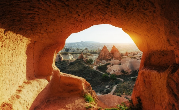 Unieke geologische formaties in de vallei in cappadocië