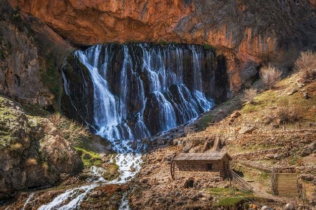 Unieke kapuzbasi-watervallen met molen in aladaglar national park, tuaruz-gebergte van turkije