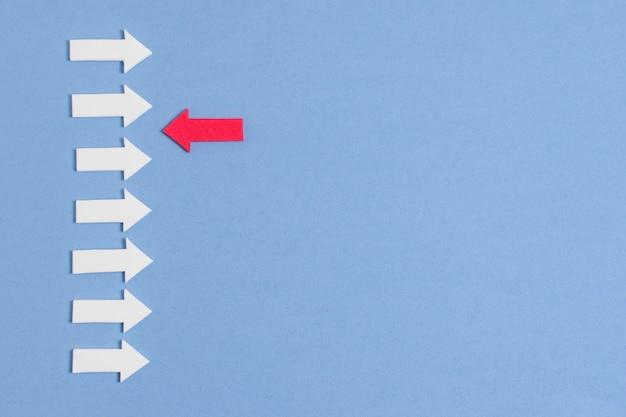 Unieke pijl die rechtstreeks naar de witte lijnen gaat