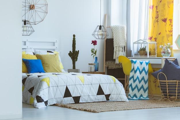 Unieke slaapkamerinspiratie, gele kleurpracht en trendy accessoires