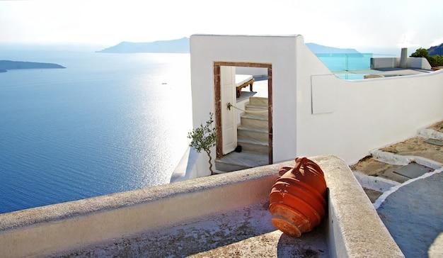 Unieke traditionele architectuur van santorini. deur met uitzicht op zee. oia dorp