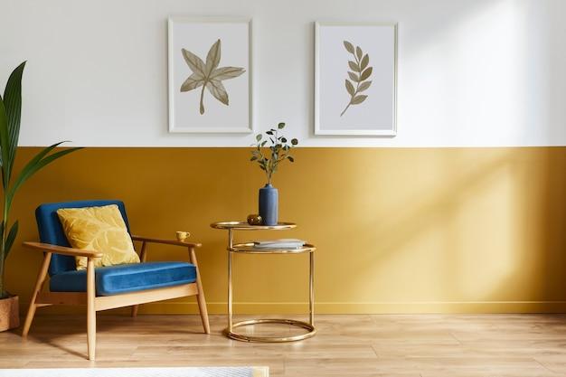 Unieke woonkamer in modern interieur met design fauteuil, elegante gouden salontafel, lijsten, bloemen in vaas