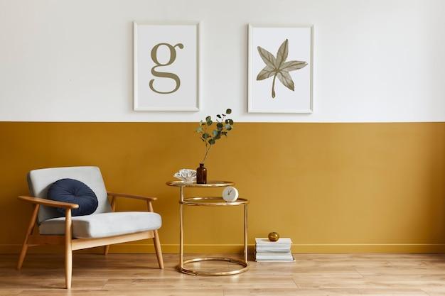 Unieke woonkamer in modern interieur met design fauteuil, elegante gouden salontafel, mock-up posterframes, bloemen in vaas, decoratie en persoonlijke accessoires in woondecoratie. sjabloon.