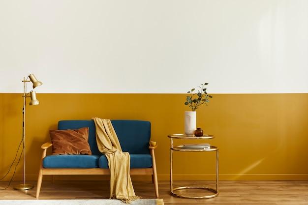 Unieke woonkamer in modern interieur met designbank, elegante gouden salontafel, kopieerruimte, bloemen in vaas
