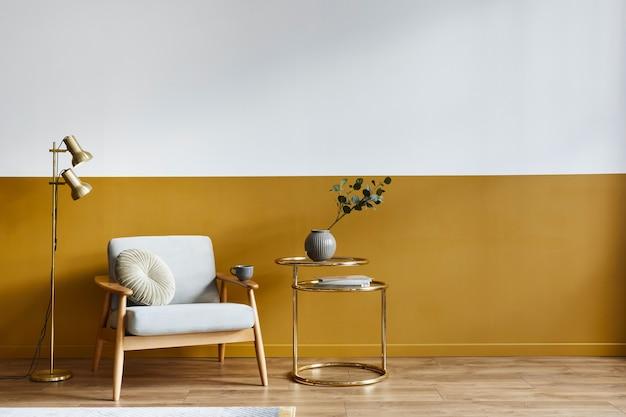 Unieke woonkamer in modern interieur met designfauteuil, elegante gouden salontafel, kopieerruimte, bloemen in vaas