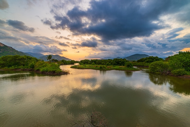 Unieke zonsondergang hemel in vietnam mooie provincie phu yen cam lap voorgebergte bos heuvel rivier ecosysteem water reflectie kleurrijke zonsondergang