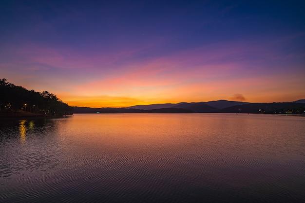 Unieke zonsonderganghemel in vietnam da lat-plateau mooie tuyen lam lake bosheuvel hooglanden kleurrijke cloudscape