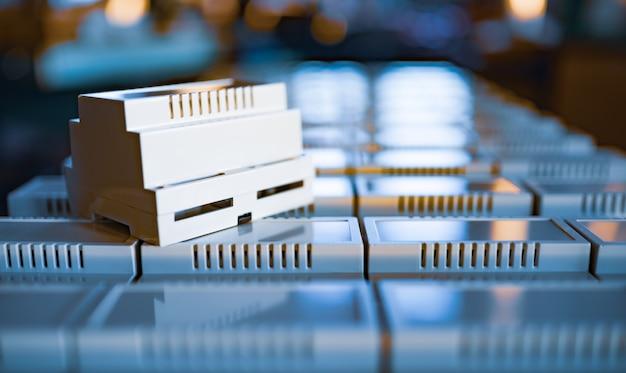 Universele plastic koffers voor de vervaardiging van seriële radio-elektronische producten is gouden verlicht avondlicht uit het raam. concept van strategische civiele en militaire uitrusting military