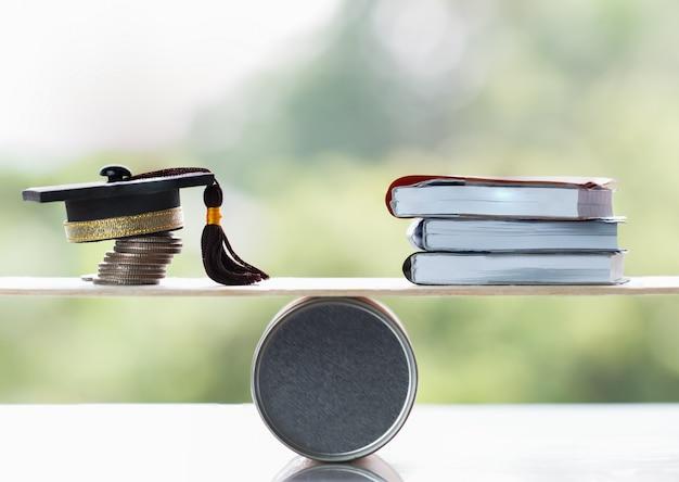 Universitair onderwijs in het buitenland internationale ideeën leren. student afstuderen cap op stapel munten