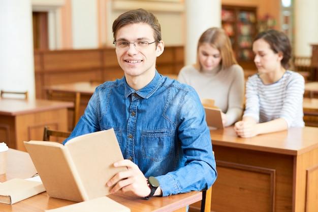 Universitair student poseren voor fotografie