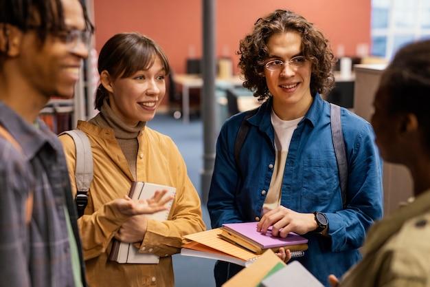 Universitaire collega's praten in de bibliotheek