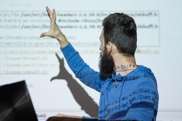 Universitaire leesleraar geeft een lezing over computerstudies