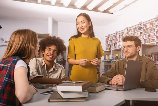 Universitaire studenten studeren samen in een bibliotheek