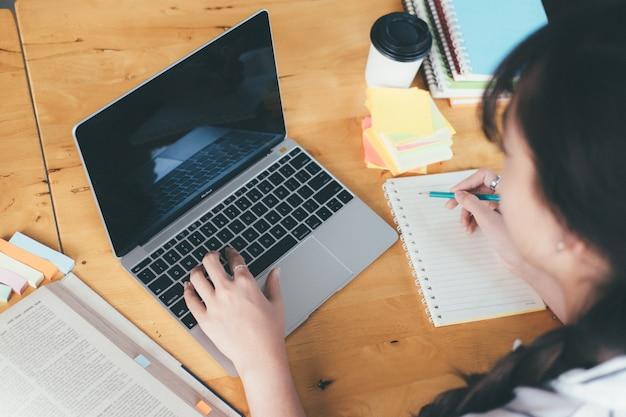 Universiteit die laptop voor onderzoekthuiswerk met behulp van