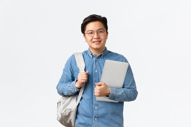 Universiteit, studeren in het buitenland en lifestyle-concept. glimlachende vriendelijk ogende student, aziatische man