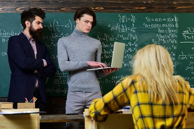 Universiteit studeren vrienden studeren en lezen een boek in de klas leraren reputatie is goud studenten bouwen positieve relaties op met hun leraren