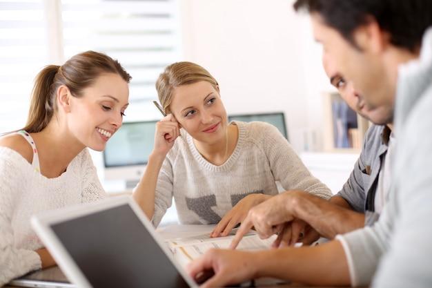 Universiteitsmensen die samen in schoolzitkamer bestuderen