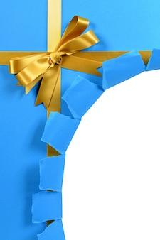 Untidy gescheurde blauwe en gouden gift