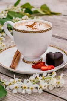 ? up van koffie en zelfgemaakte chocolade snoep.