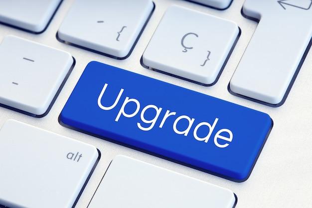 Upgrade word op blauwe computertoetsenbordsleutel. software bijwerken concept
