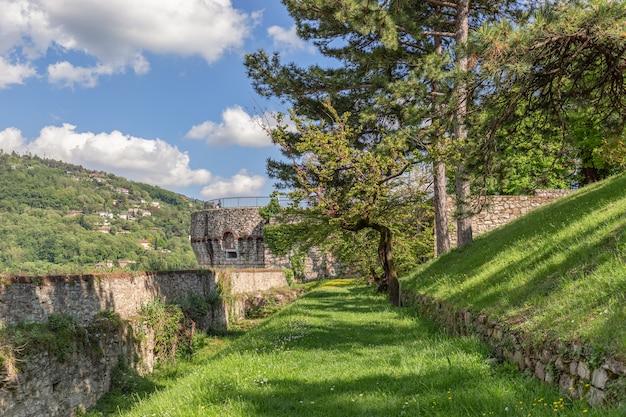 Upper park achter de kasteelmuren in de stad brescia