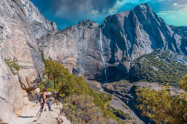 Upper yosemite fall, genietend van het uitzicht op de waterval van onderaf