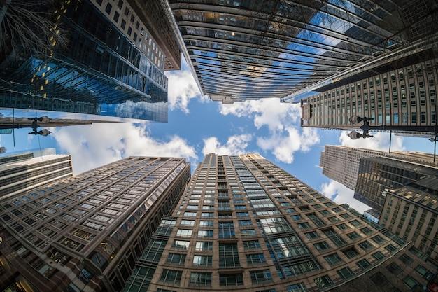Uprisen hoek met fisheyescène van wolkenkrabber de van de binnenstad van chicago met weerspiegeling van wolken