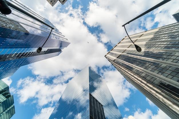 Uprisen hoekscène van de wolkenkrabber van de binnenstad van chicago met weerspiegeling van wolken onder hoge gebouwen