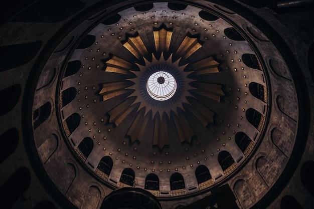 Upshot lage hoek shot van het plafond van een kerk met prachtige architectuur