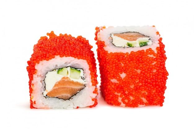 Uramaki maki sushi, twee rollen geïsoleerd op wit