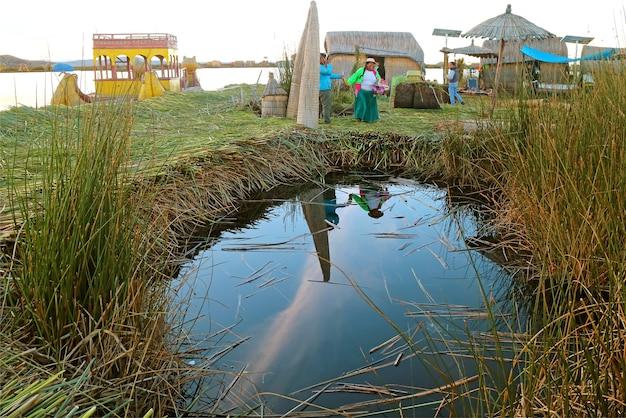 Uros drijvende eilanden gebouwd met totora reed op het titicacameer in puno, peru