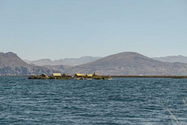Uros kunstmatig eiland drijvend op het titicacameer in peru