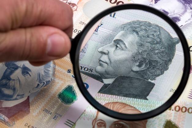 Uruguayaans geld in een vergrootglas een bedrijfsachtergrond