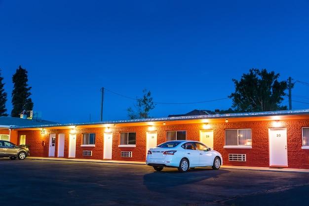 Usa langs de weg motel in de nacht. historische amerikaanse autoroutes