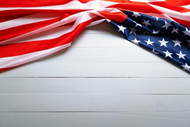 Usa memorial day en independence day concept, verenigde staten vlag op houten achtergrond