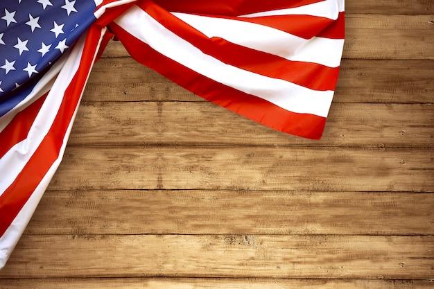Usa vlag gevouwen met houten achtergrond
