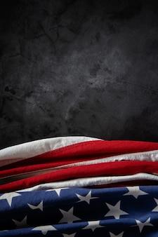 Usa vlag liggend op cement achtergrond.